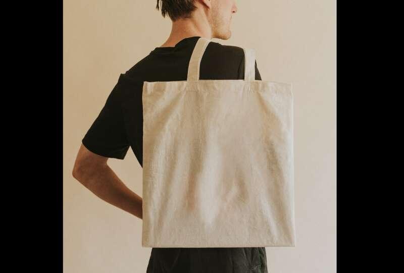 mężczyzna z bawełnianą torbą